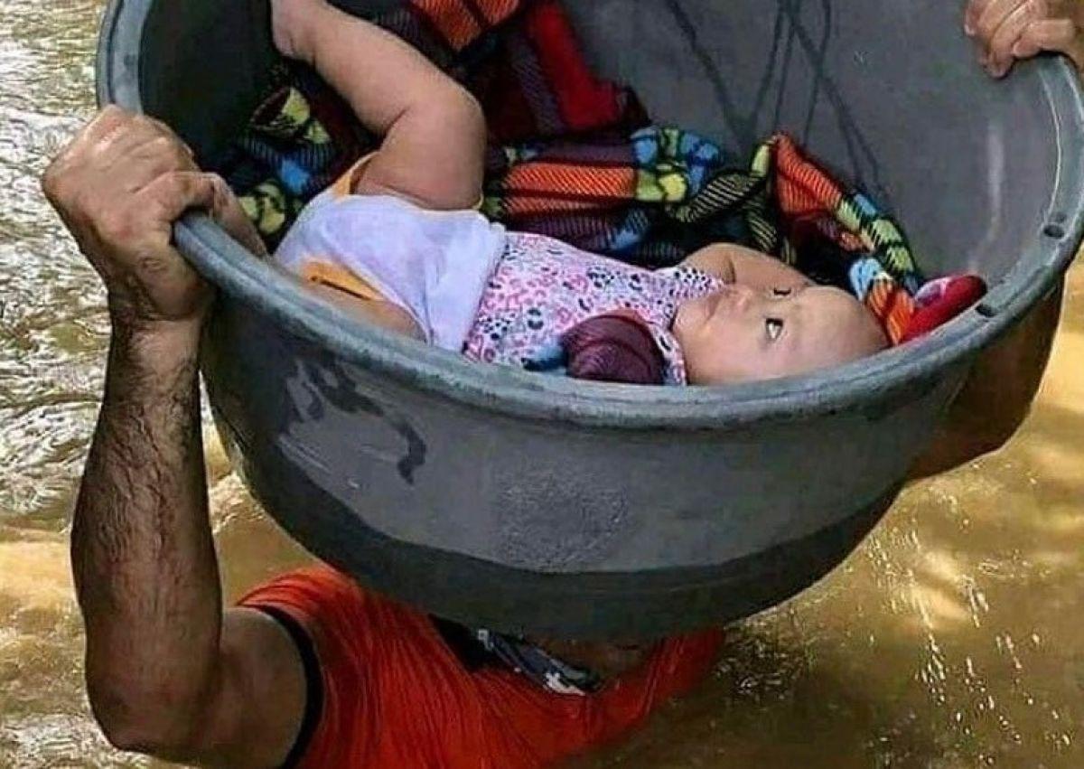 Bukti Cinta Orang Tua, Ayah Terobos Banjir Setinggi Dada dan Taruh Anak di Bak