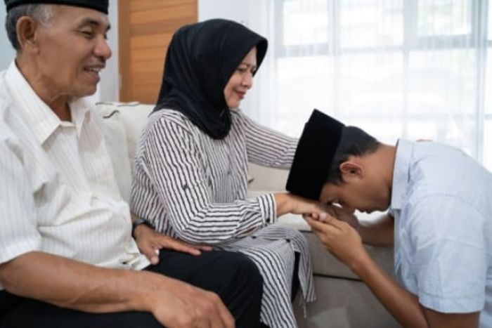 Hadiah Bagi Pemuda yang Berbakti kepada Orang Tua, Raih Rezeki Berlimpah dan Berkah