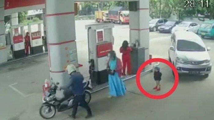 Detik-detik Bocah Tergilas Mobil Saat di Pom Bensin, Orang Tua Tidak Sadar Sibuk Sendiri