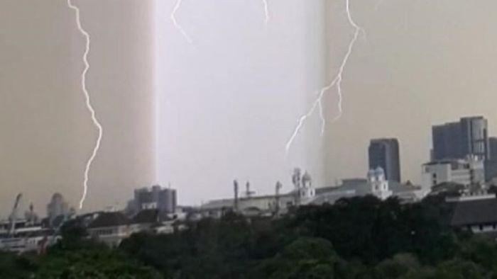 Terungkap, Ini Fenomena Cahaya Tegak Lurus Warna Ungu di Langit Jakarta
