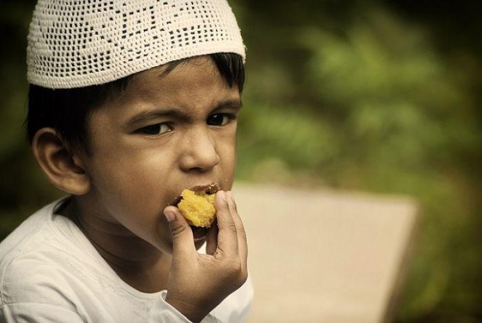 Adab Makan yang Diajarkan Rasulullah SAW kepada Anak-anak