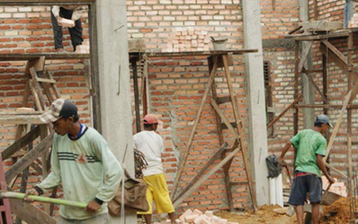 Pilu, Curahan Hati Kuli Bangunan Tak Ikut Demo :