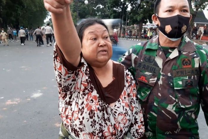 Nenek Ngamuk, Tak Terima Kampung Kena Gas Air Mata, 'Ada orang tua yang sakit, aku tuntut kalian'