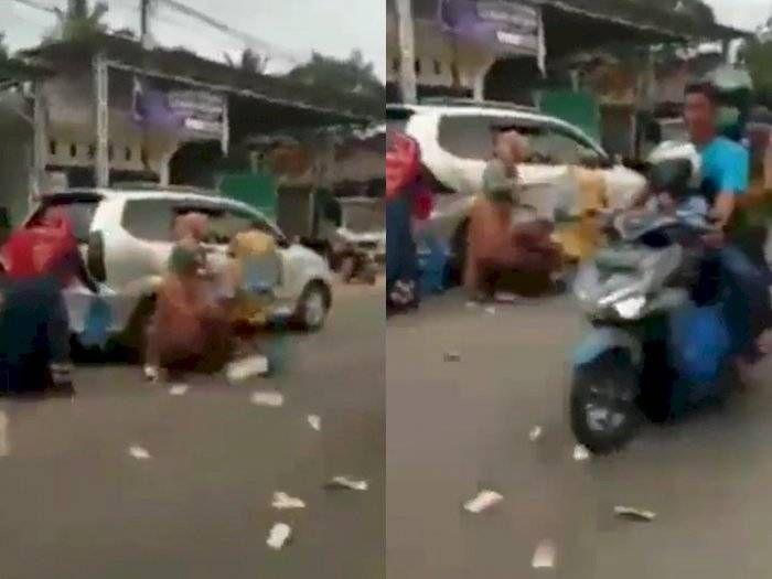 Viral, Pengemudi Mobil Lempar Uang di Jalanan untuk Sumbangan Masjid