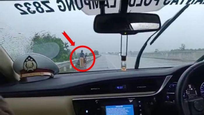 Pilu, Istri dan 2 Anak Diturunkan di Tol, Jalan Kaki dan Menangis di Tengah Hujan Deras