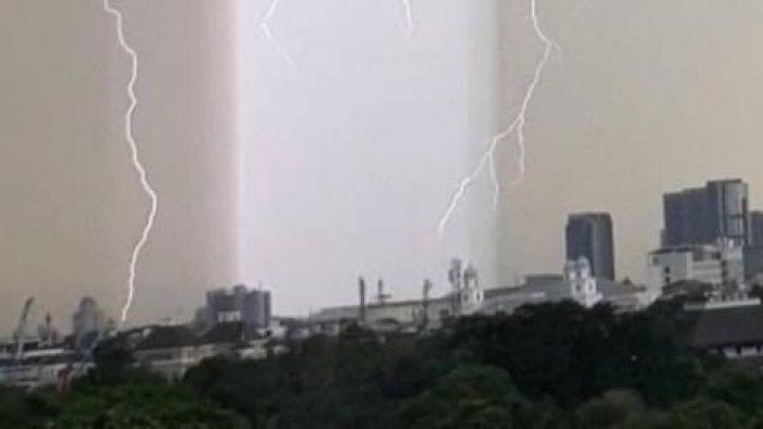 Viral, Detik-detik Munculnya Cahaya Tegak Lurus Warna Ungu di Langit Jakarta Selatan