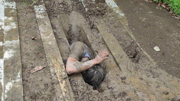 Ngaku Dihidupkan Lagi oleh Tuhan, Pemuda ini Nekat Kubur Diri Hidup-hidup