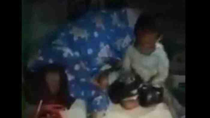 Viral Video Seorang Anak Tangisi Ibunya yang Meninggal di Teras Toko