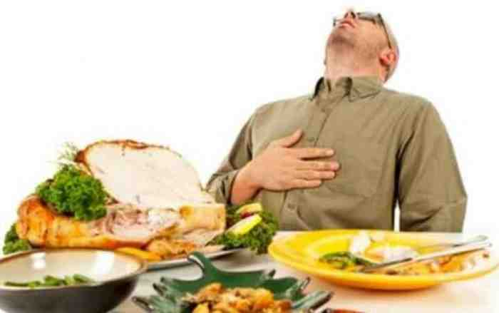 Stop Makan Banyak Sampai Kekenyangan Saat Buka Puasa! Ini Bahayanya