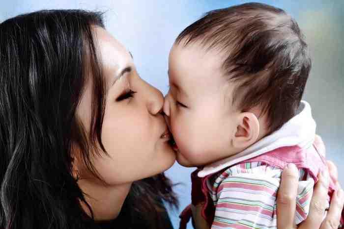 Stop Kebiasaan Mencium Bibir Anak, ini Alasannya