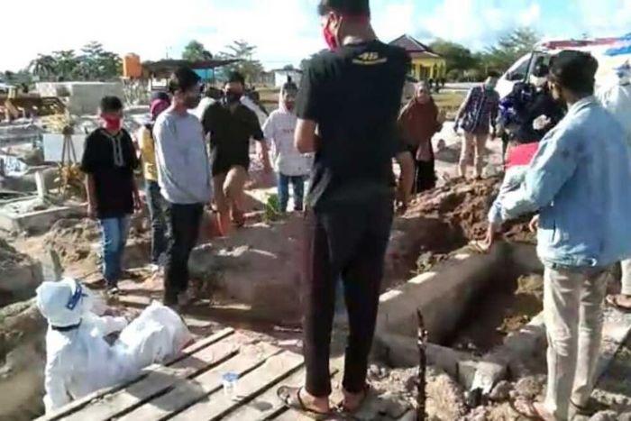Sadis, Petugas Medis Dipukuli dan Dilempar Batu Nisan oleh Keluarga Jenazah Covid-19