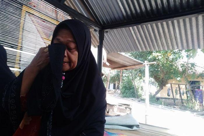 Tak Kuasa Menahan Tangis, Ibu Ungkap Perlakuan Anak yang Tega Memenjarakannya