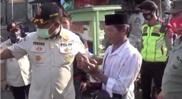 Seperti Habis Melakukan Tindak Kejahatan, Pria di Bogor Diborgol Karena Tak Pakai Masker