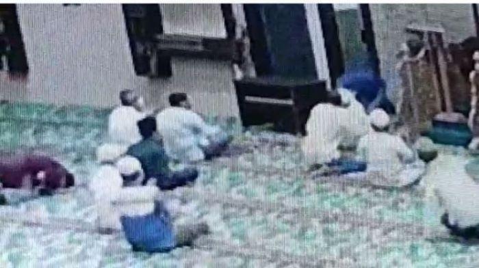 Detik-detik Imam Masjid Ditusuk Pisau Hingga 2 Kali, Namun Tak Terluka Sama Sekali