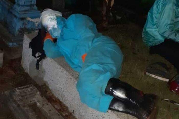 Kisah Pilu, Perwira Polisi Rela Tidur di Kuburan Demi Memakamkan Pasien Covid-19