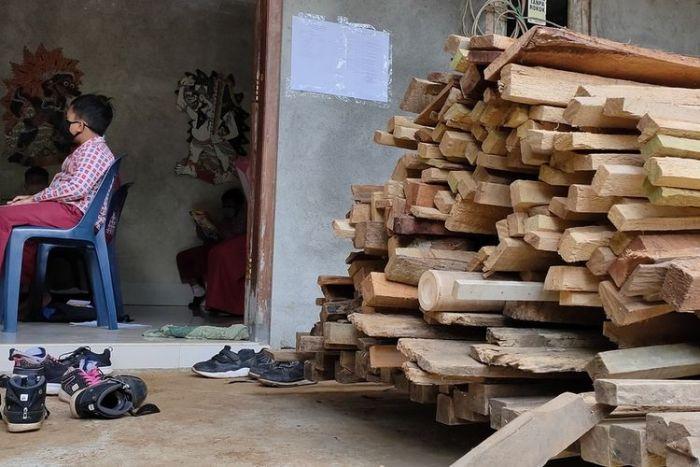 Tak Punya HP, Para Siswa Terpaksa Lewati Hutan Demi Bisa Kerjakan UTS