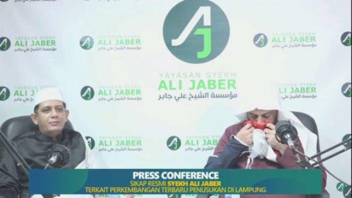Sudah Memaafkan, Syekh Ali Jaber Beri Doa dan Hadiah Bendera Merah Putih untuk Pelaku