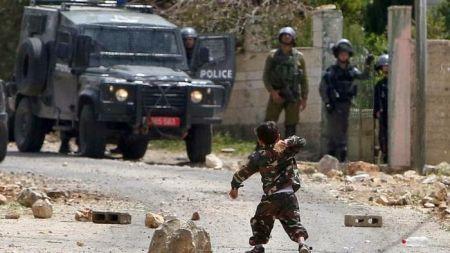 Aksi Berani Bocah Palestine Umur 5 Tahun Melempari Batu Polisi Israel